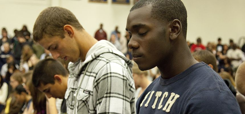 chapel-students-praying-860x400.jpg